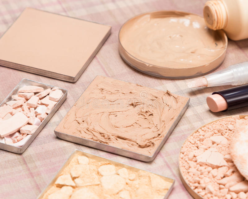 Grundlegende kosmetische Produkte, zum des schönen Hauttones zu schaffen lizenzfreie stockbilder