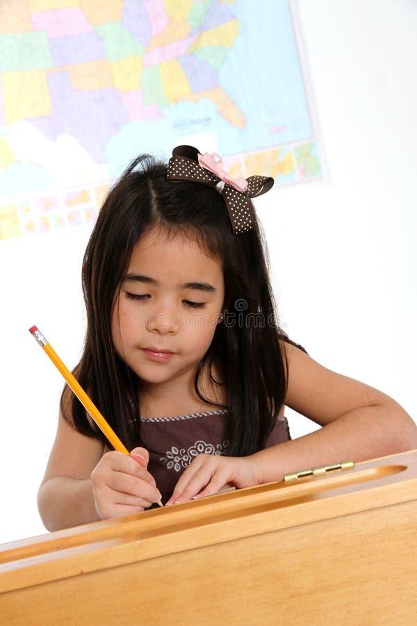 Grundlegendes Mädchen in der Schule stockfotografie