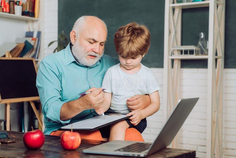 Alter Lehrer Und Junge Schülerin
