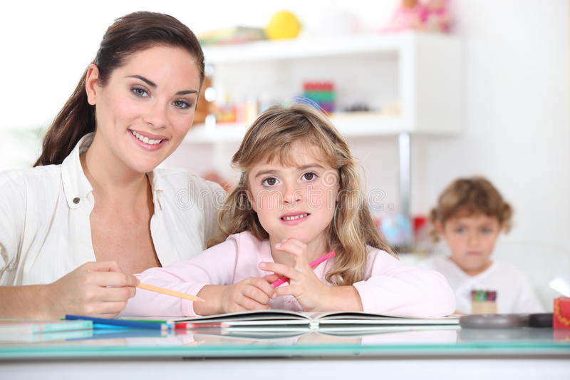 Grundskola för barn mellan 5 och 11 årlärare royaltyfri bild