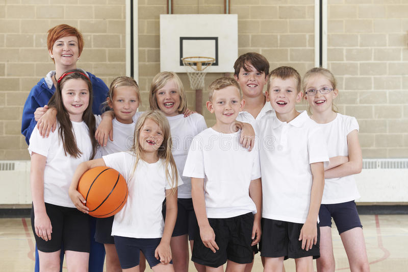 Grundskolabasket Team With Coach royaltyfri bild