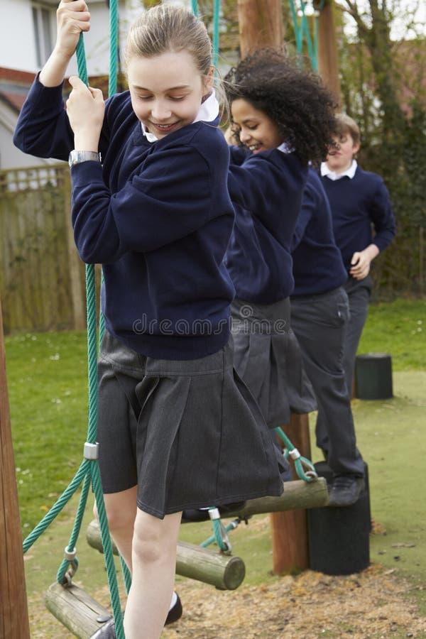 Grundskolaelever på klättringutrustning royaltyfri fotografi
