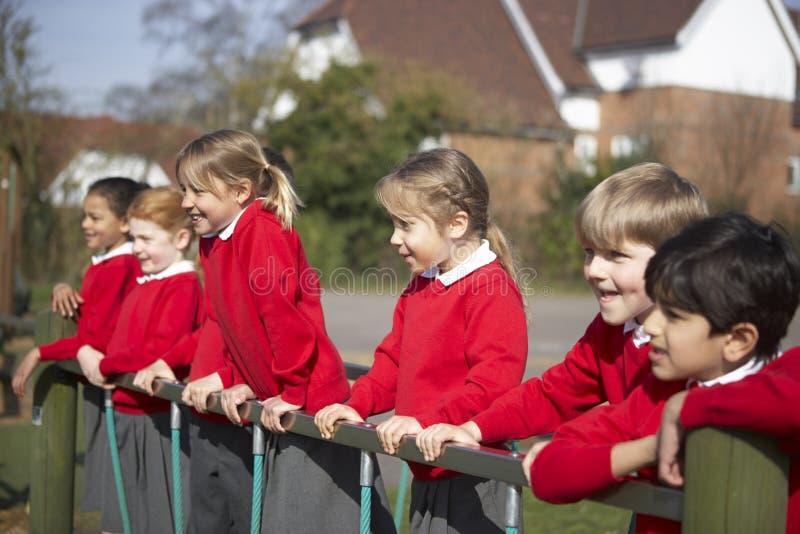 Grundskolaelever på klättringutrustning royaltyfria bilder