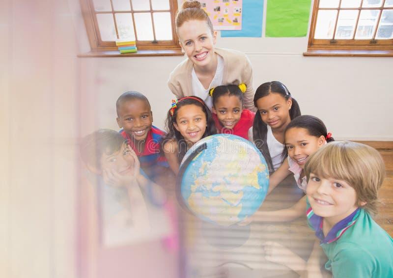 Grundskolalärare med grupp fotografering för bildbyråer
