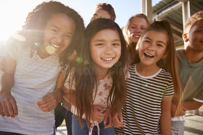 Grundskolan lurar att le till kameran på avbrottstid royaltyfri bild