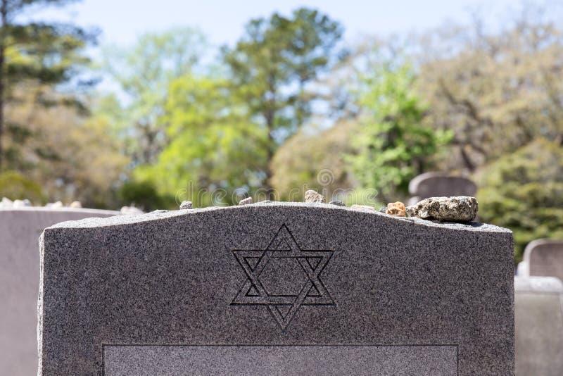 Grundstein im jüdischen Kirchhof mit Davidsstern und Gedächtnis-Stein stockfoto