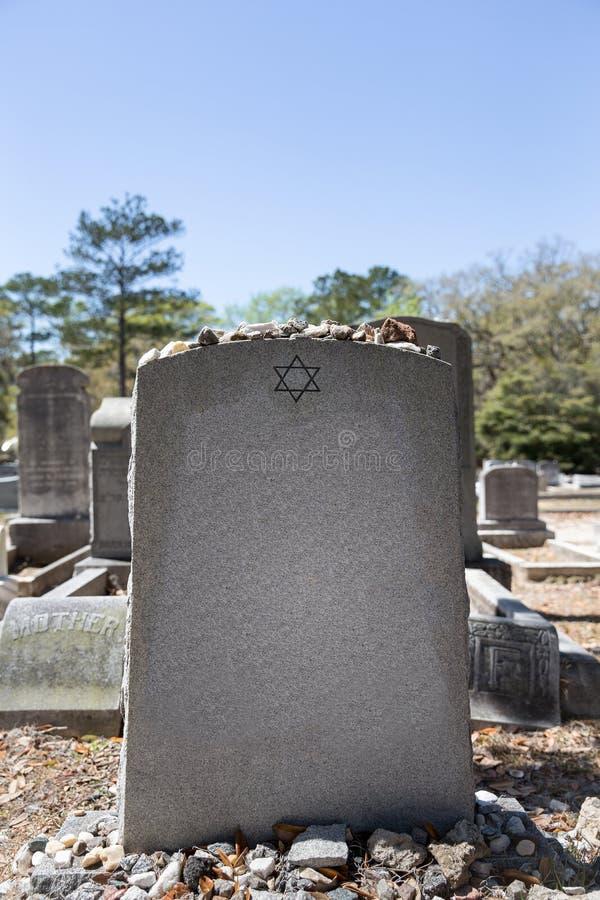 Grundstein im jüdischen Kirchhof mit Davidsstern und Gedächtnis-Stein stockfotos