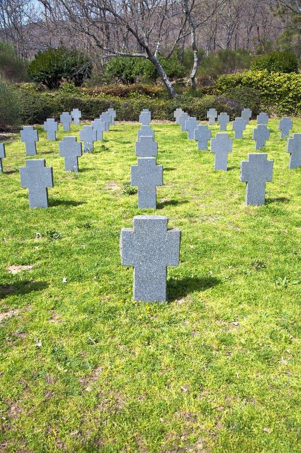 Grundsteine auf dem Gras stockfotos