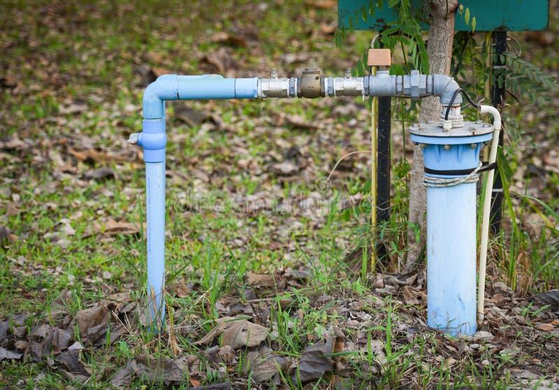 Grundvatten v?l med f?r pvc-r?r och elektriskt djupt v?l s?nkbart pumpvatten f?r system royaltyfria bilder