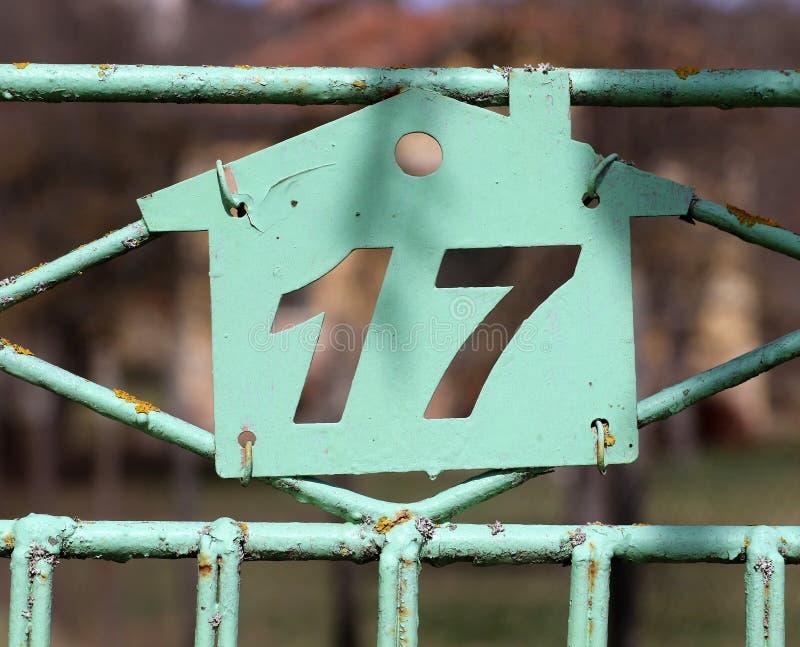 Плита винтажного металла квадрата grunge ржавая номера адреса улицы стоковое фото rf