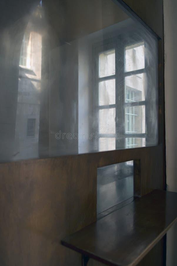 Download Grunge Abstracte Achtergrond Van Raamkozijnen En Openingen Van Vensters Met Bezinningen In Spiegelvliegtuigen, Modern Binnenlands Stock Foto - Afbeelding bestaande uit facade, verlaten: 107702388