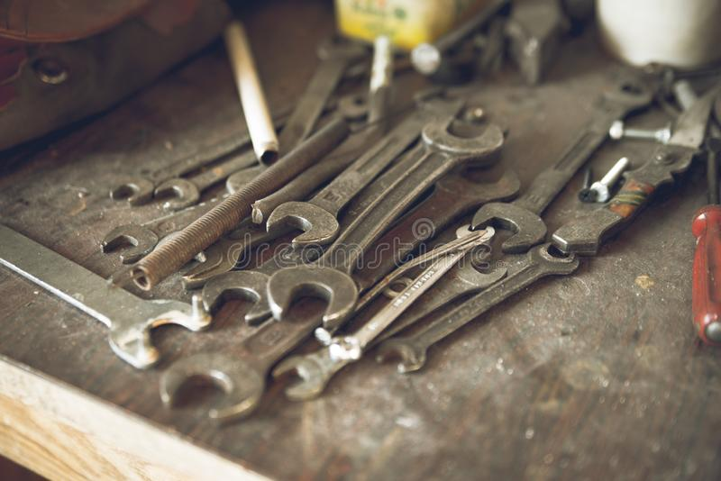 Grunge, banco de trabajo de madera del vintage con las llaves viejas rústicas del metal de diversa mentira de las medidas Viejo f imágenes de archivo libres de regalías