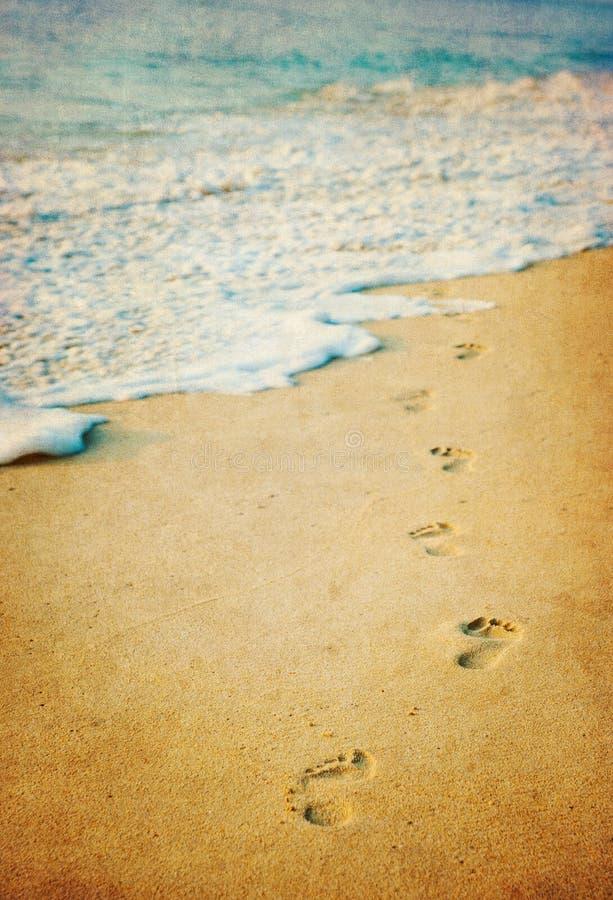 Grunge Bild von Abdrücken in einem tropischen Strand stockfotografie