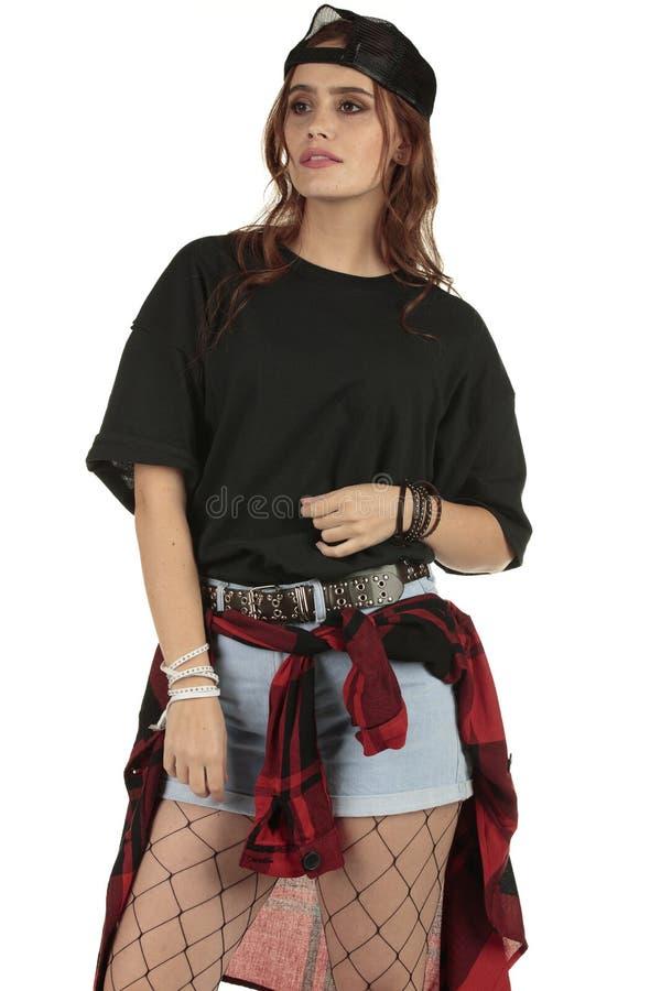 Grunge bonito mas arisco, mulher punk da rocha que veste um T colhido do preto do XL com uma grande área para sua marcagem com fe imagem de stock