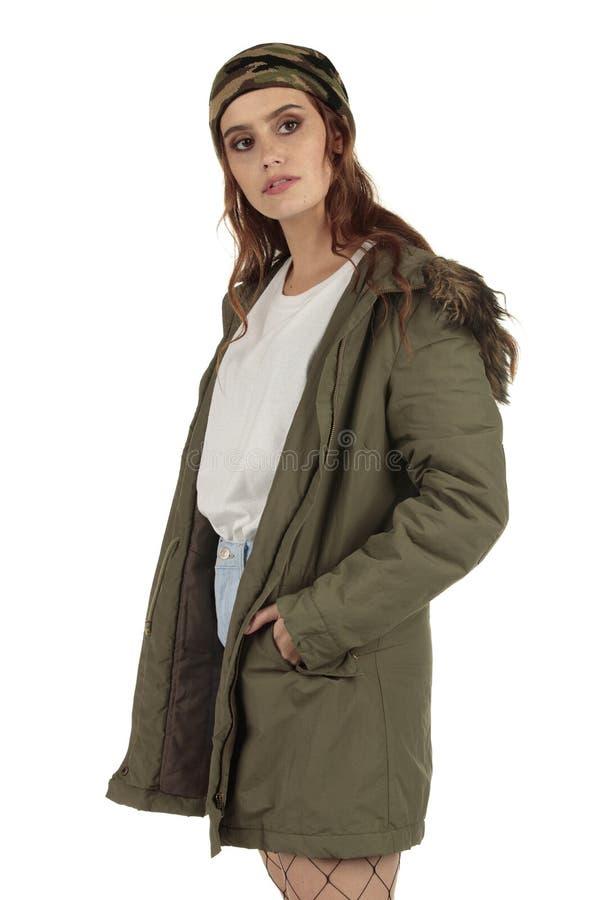 Grunge de port de joli manteau de parka, fille punk de roche dans un long T-shirt blanc surdimensionné avec un espace vide prêt p photo stock
