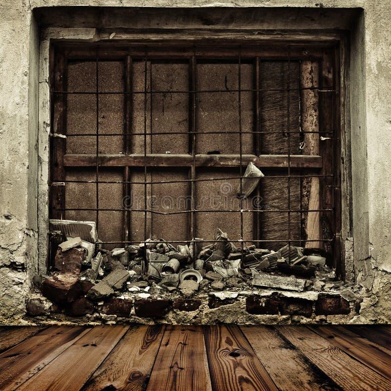 Grunge die op venster en houten vloer wordt ingescheept stock fotografie