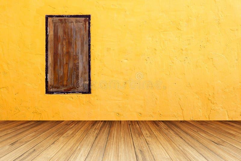 Grunge drewniany okno na jaskrawej pomarańczowej betonowej ścianie z perspecti zdjęcia stock