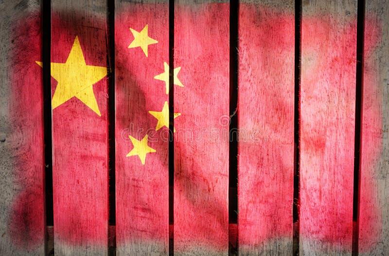 Grunge filtrerade den Kina nationsflaggan på trä arkivfoto
