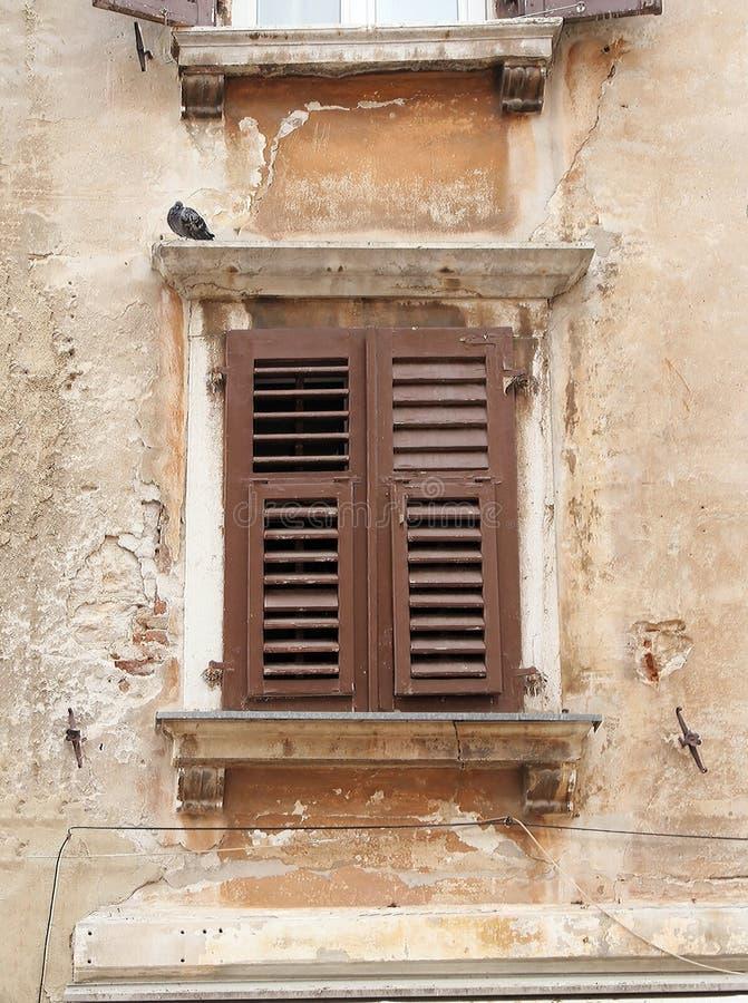 Grunge gesloten vensterschaduwen stock fotografie