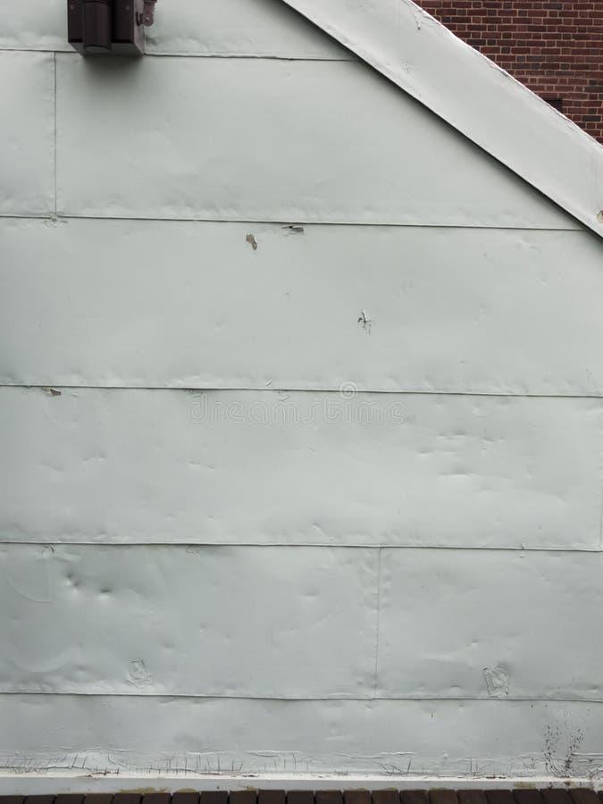 Grunge het witte aluminium opruimen met dings en tekens stock foto's