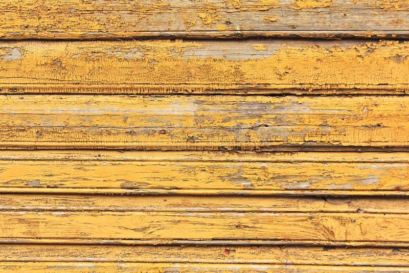 Grunge houten muur met barsten en schilverf in oud huis Gele Geweven Achtergrond stock fotografie