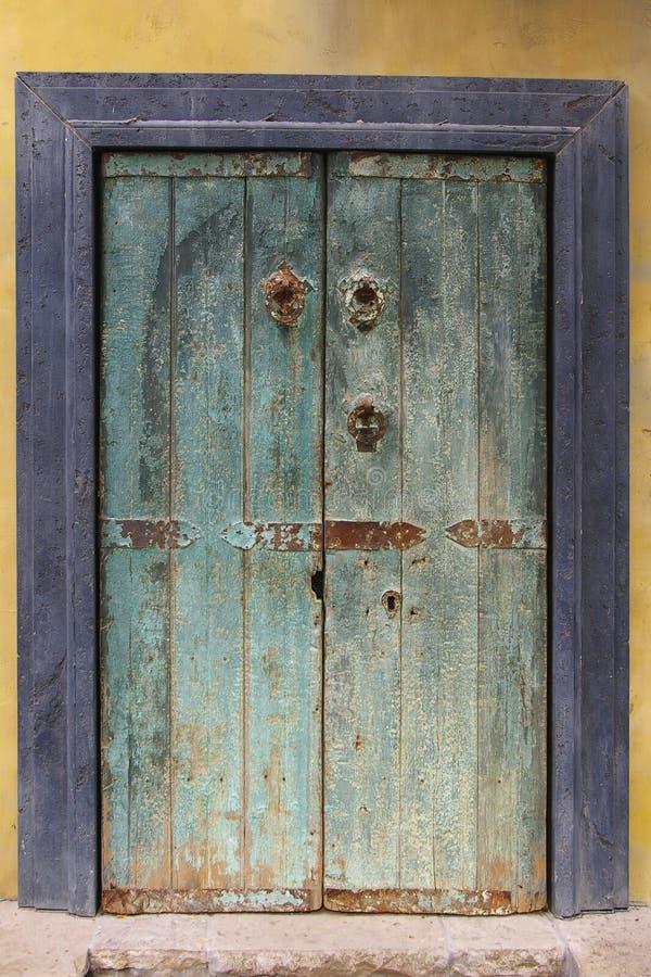 Grunge malte Tür lizenzfreie stockfotos