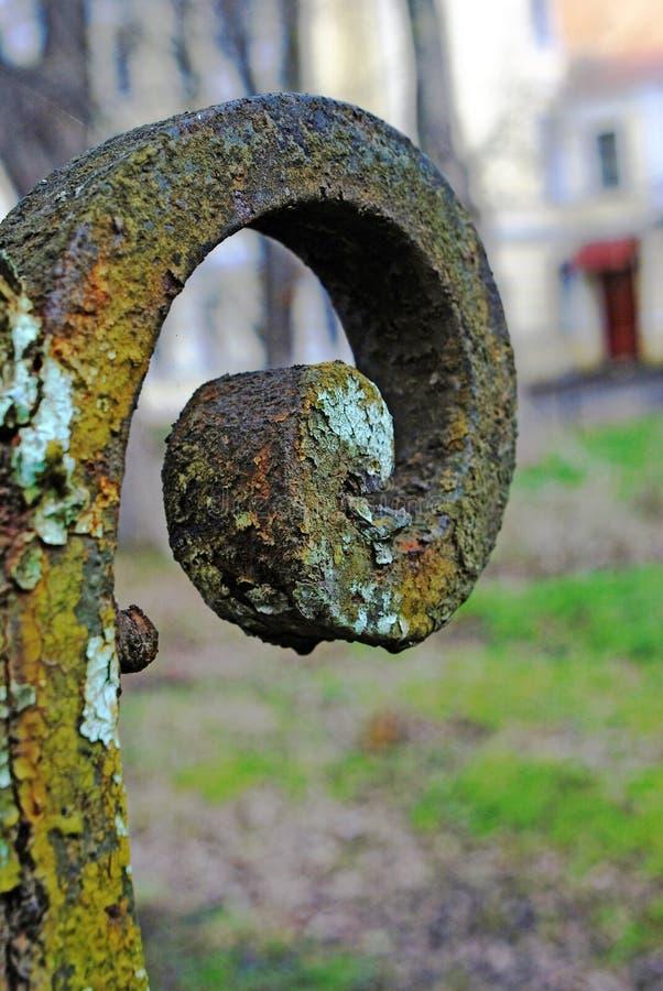Grunge metaalkromme Detail van een grens in oude tuin royalty-vrije stock foto