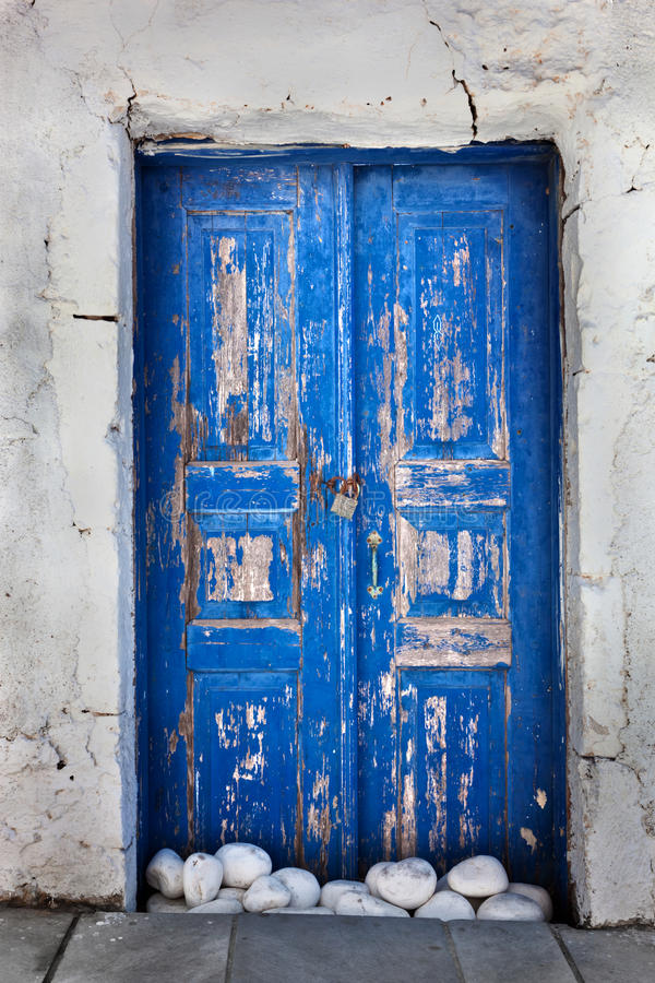 Grunge old blue door in Oia town, Santorini, Greece royalty free stock photos
