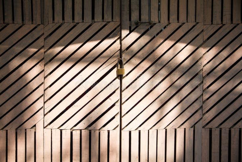 Grunge oude witte deur met slot royalty-vrije stock afbeeldingen