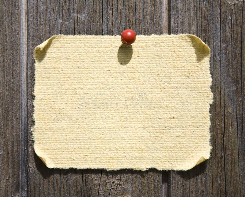 Grunge Papier auf hölzernem Hintergrund stockfoto