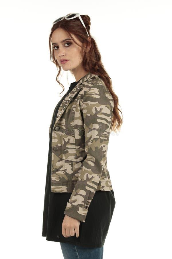 Grunge que lleva del camuflaje lindo, muchacha punky de la roca en una camiseta negra de gran tamaño larga con un espacio en blan imágenes de archivo libres de regalías