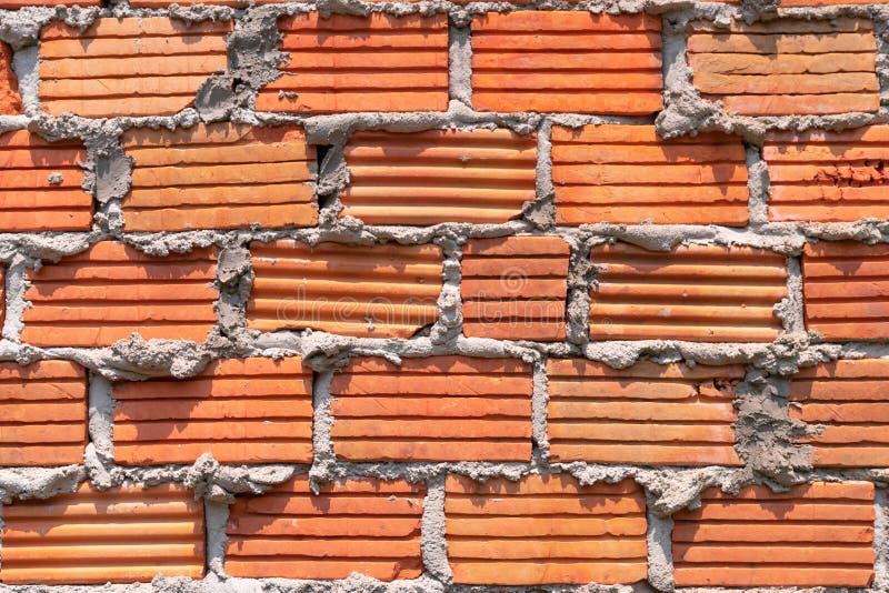 grunge rojo de la pared de ladrillo del modelo con el cemento para el fondo imágenes de archivo libres de regalías