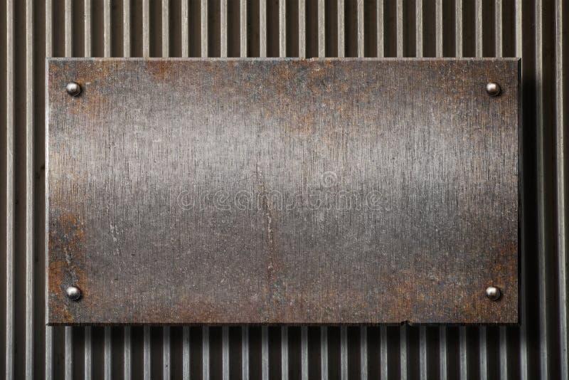 Grunge rostiges Metallplatten über Rasterfeldhintergrund stockfoto