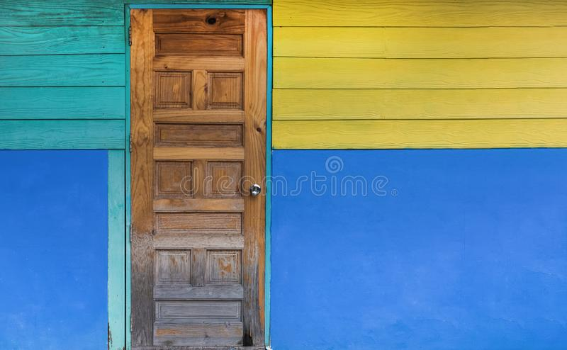 Grunge stary drzwi z kolor maluj?c? ?cian? Klasyczny rocznik i Nowo?ytny Wewn?trzny poj?cie Architektury i domu projekta temat zdjęcie stock