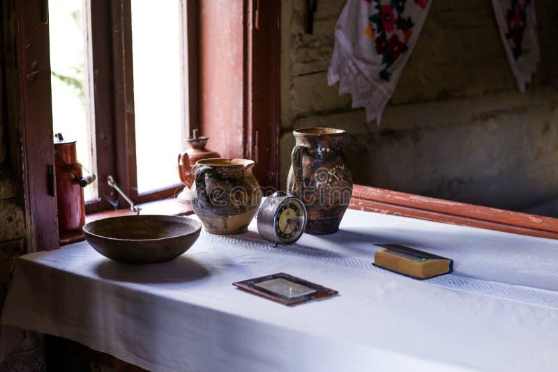 Grunge starzejący się kraju stylu wnętrze Stół z glinianymi naczyniami, garncarstwo zdjęcia stock