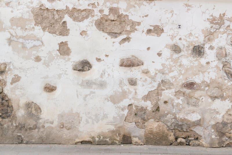 Grunge väggbakgrund Gammal tegelsten- och stenvägg med ljus övergiven murbruk arkivfoton