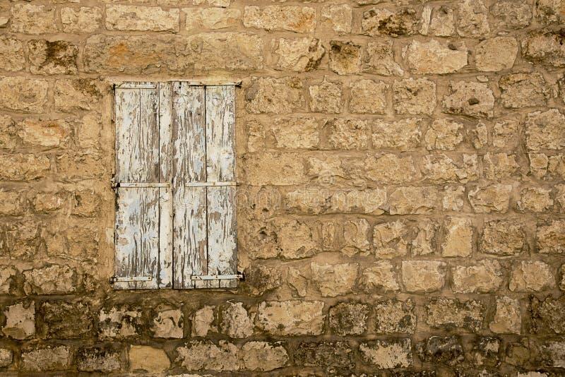 Grunge Weathered stängde fönstret i gammal övergiven stenhusvägg arkivbilder