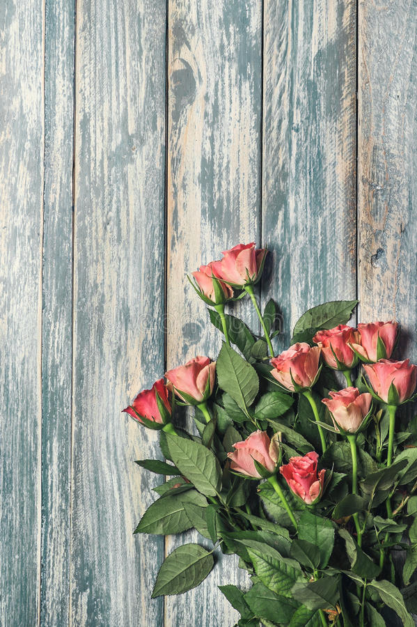 Grunge wooden background with pink roses bouqet royalty free stock photos