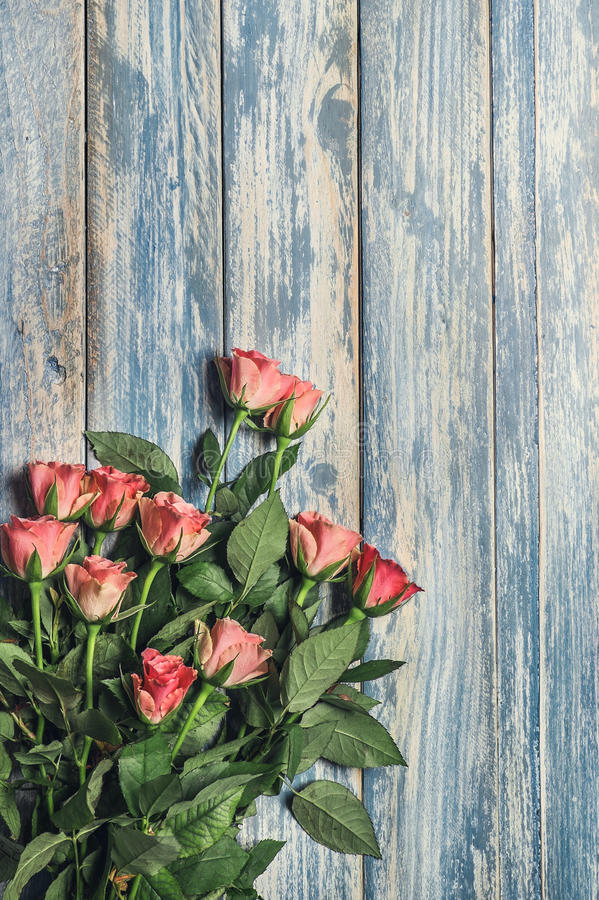 Grunge wooden background with pink roses bouqet stock photos