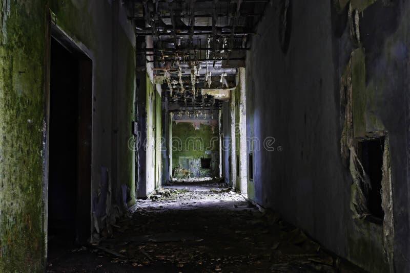 Grunge y ruina espeluznante del edificio abandonado del hotel en Sete Cidad fotos de archivo