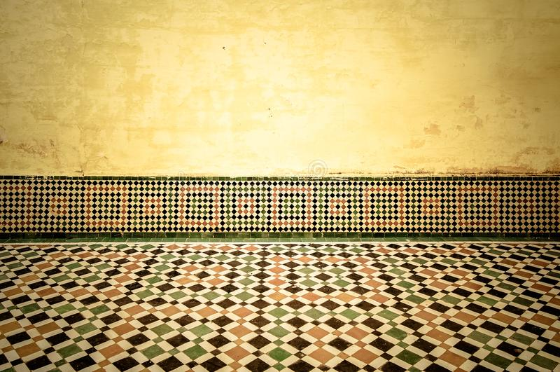 Grungebinnenland met uitstekende marokkaanse betegelde vloer stock