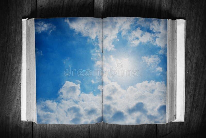 Grungedocument boek en de zomerhemel royalty-vrije stock foto's