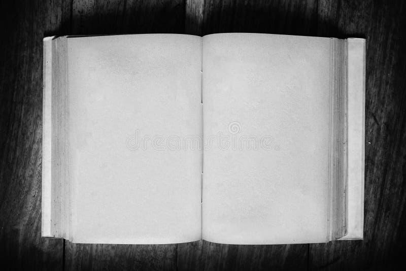 Grungedocument boek op lijst in blanck en wit royalty-vrije stock afbeeldingen