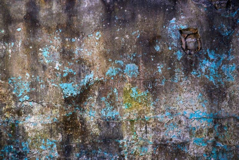 Grungemuur met flarden van blauwe verf stock afbeeldingen