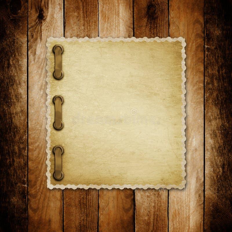 Grungepapper för inbjudan på träbakgrunden royaltyfria foton