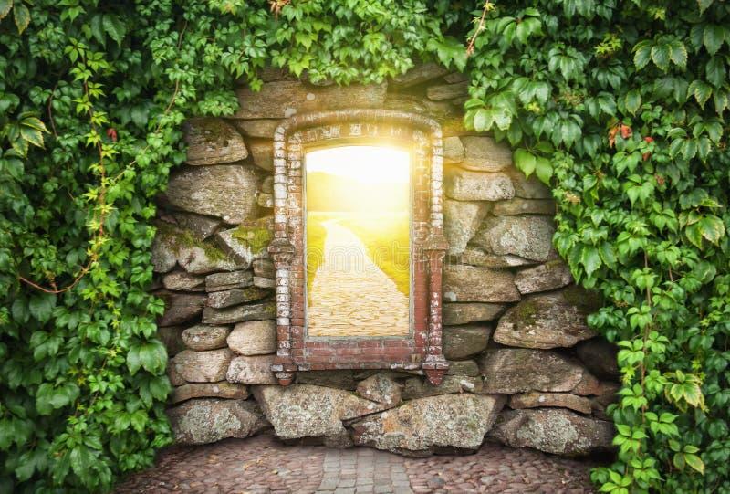 Grungestenvägg med fönstret i solig värld Hoppbegrepp royaltyfria foton