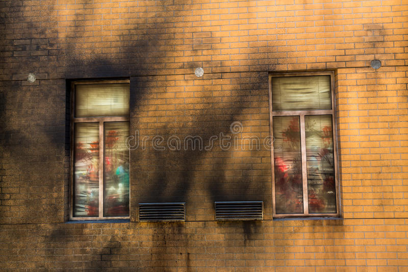 Grungetegelstenvägg med fönstret arkivbilder