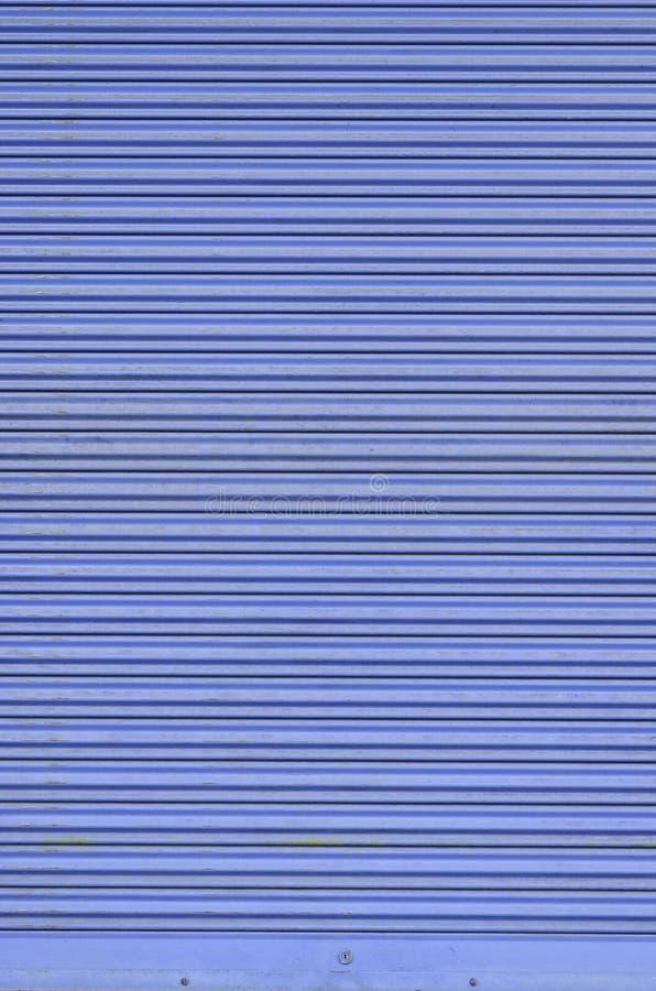 Grungy голубая рифлёная дверь скольжения металлического листа стоковая фотография rf