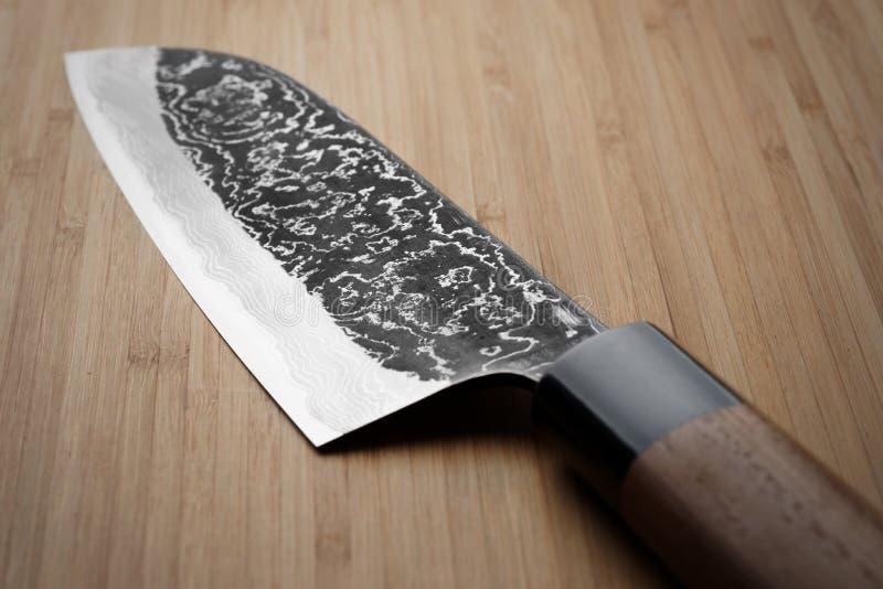 Grungy изображение кухонного ножа стали Дамаска стоковые фотографии rf