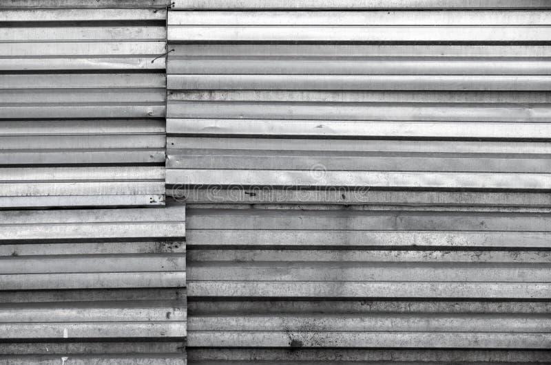 Grungy светя темнота - серая стена металла, текстура стоковые фото